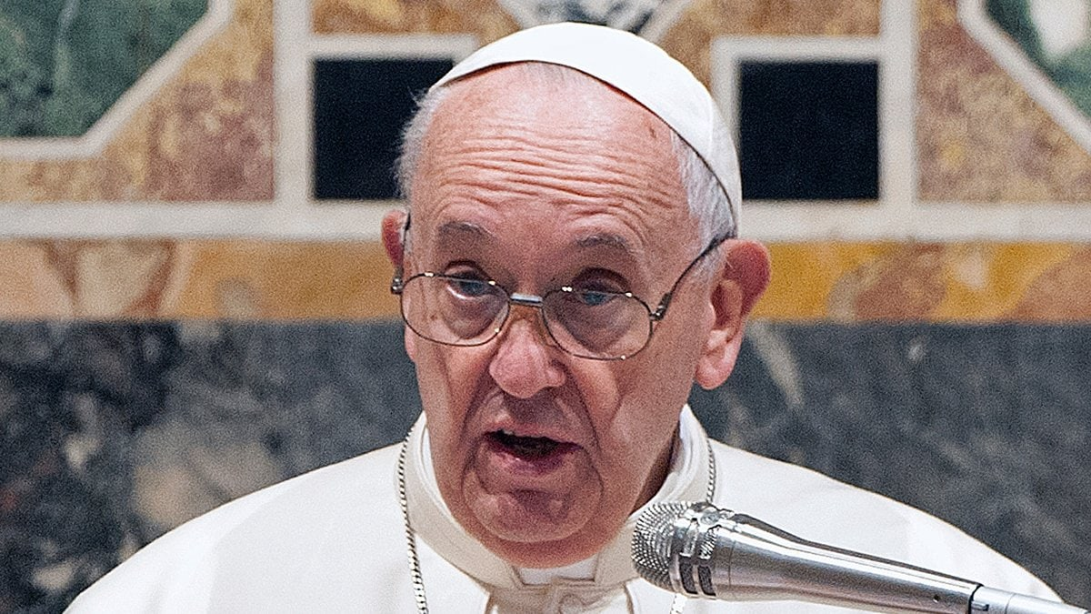Papst Franziskus muss sich einer Darm-OP unterziehen.. © PIXEL2020/Shutterstock.com