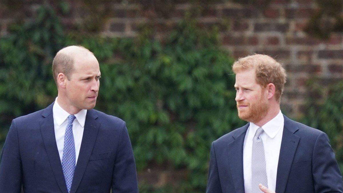 Prinz William (l.) und Prinz Harry auf dem Weg zur Enthüllung der Statue ihrer Mutter Prinzessin Diana.. © imago/i Images