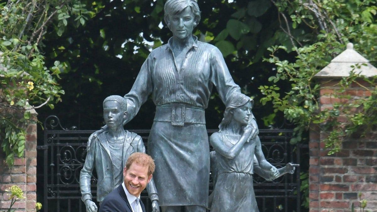 Prinz Harry am Donnerstag vor der neuen Statue
