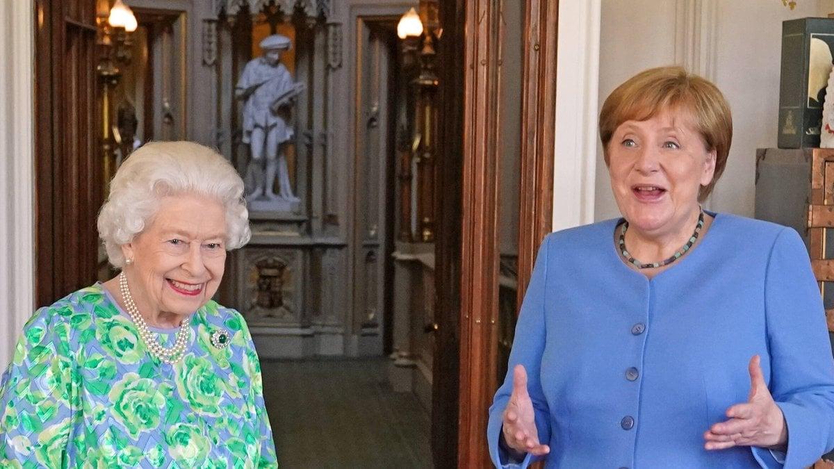 Mächtige Frauen unter sich: Queen Elizabeth II. (l.) und Angela Merkel.. © imago/i Images