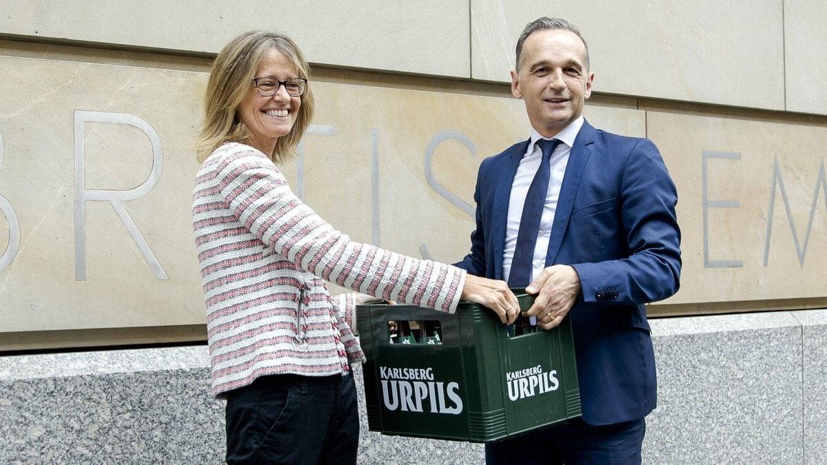 Die britische Botschafterin Jill Gallard nahm die flüssigen Wettschulden von Heiko Maas entgegen.. © imago images/photothek