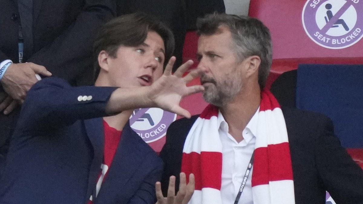 Prinz Christian (li.) mit Vater Kronprinz Frederik von Dänemark im Wembley-Stadion.. © getty/FRANK AUGSTEIN/POOL/AFP