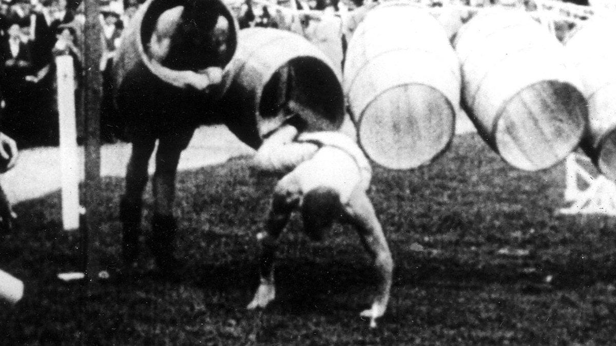 Tonnenspringen war zu Beginn des 20. Jahrhunderts eine olympische Disziplin.. © Getty Images/ullstein bild Dtl.