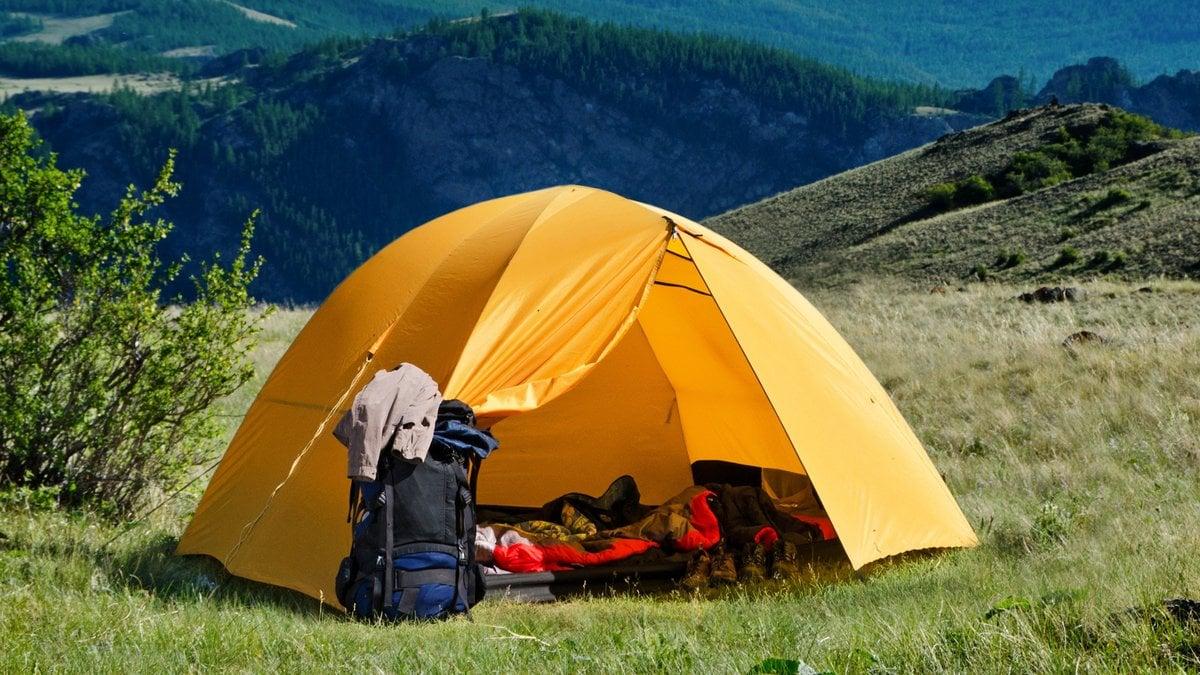 Beim Zelten lässt sich die Natur in vollen Zügen genießen.. © simoly/Shutterstock.com