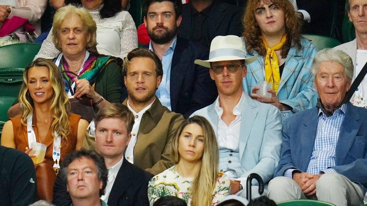 Benedict Cumberbatch (mit Hut) und Olly Murs (links daneben) in Wimbledon. © imago images/Shutterstock