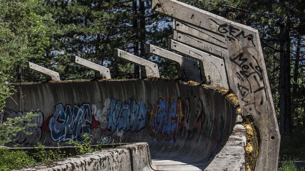 Kaum noch als solche zu erkennen: Die Bobbahn am Trebević.. © Copyright (c) 2017 Tinus photo/Shutterstock.  No use without permission.