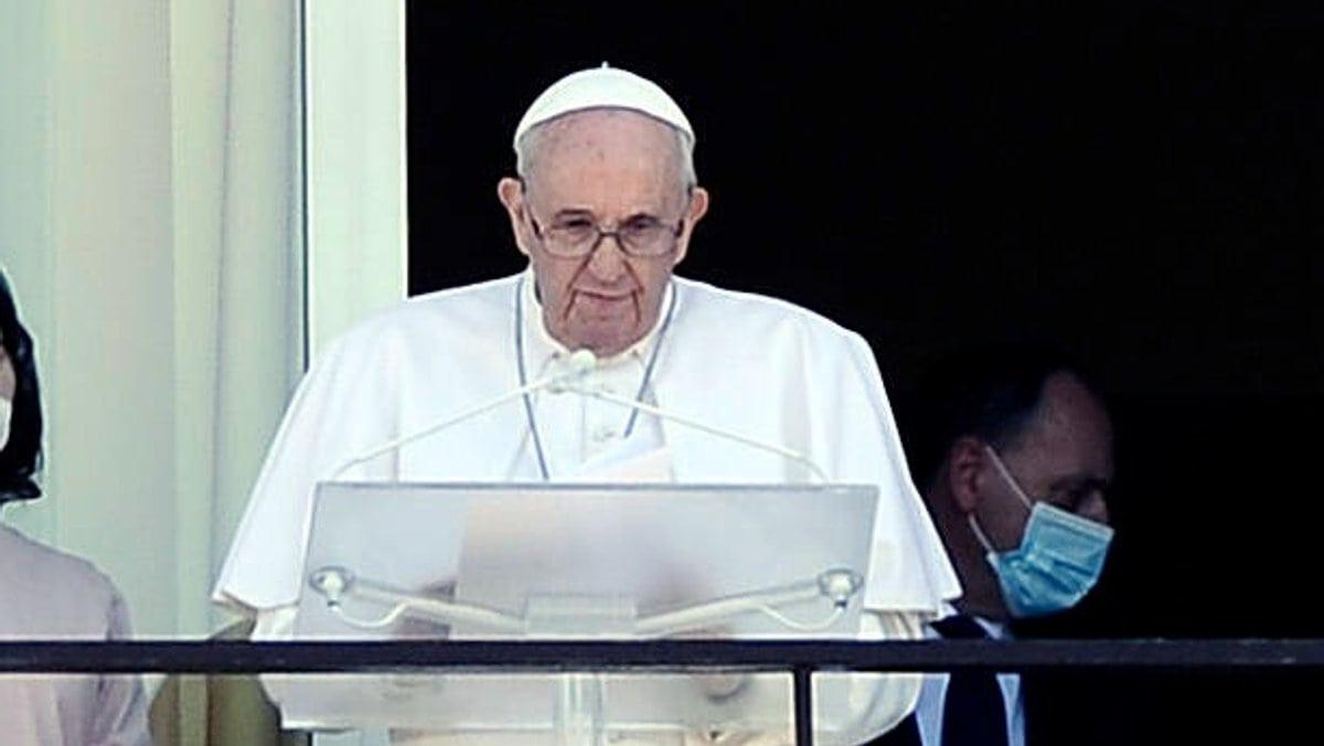 Papst Franziskus auf dem Balkon des Gemelli-Hospitals in Rom.. © imago/Italy Photo Press