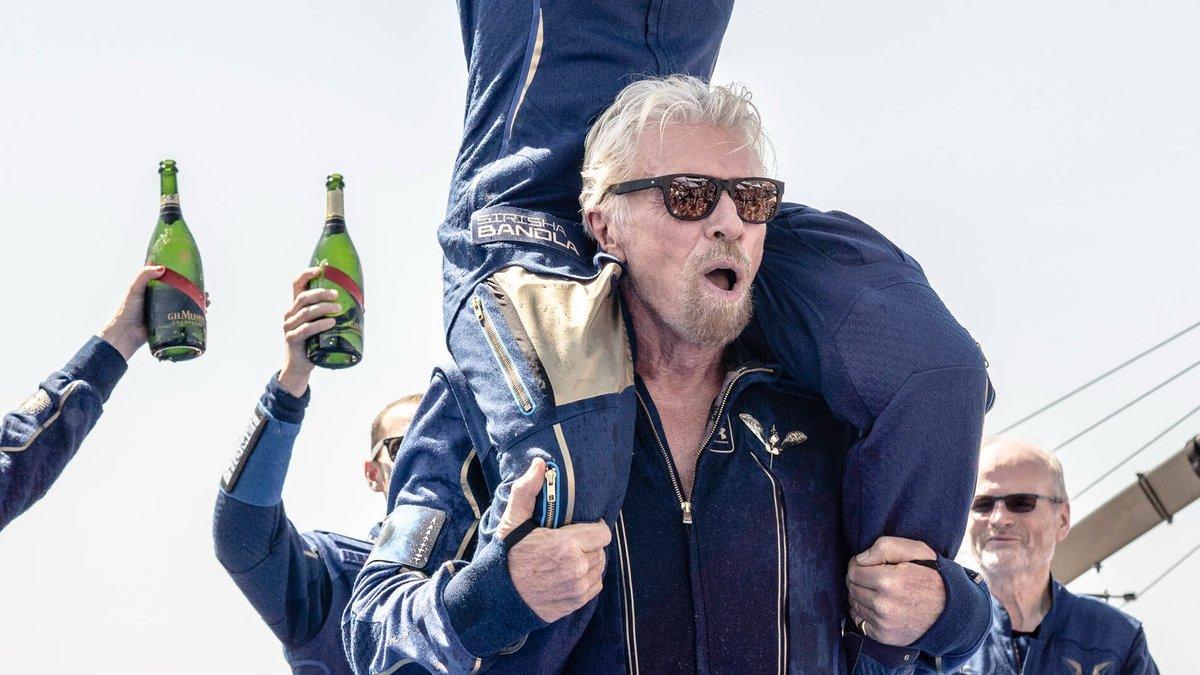 Richard Branson jubelt mit seiner Crew nach dem geglückten Flug ins All.. © imago/ZUMA Wire