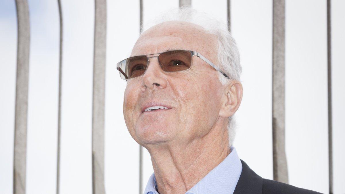 Franz Beckenbauer freut sich über diesen Gelegenheitsfund. © Glynnis Jones/Shutterstock.com