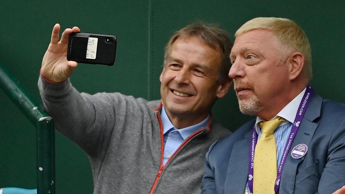 Jürgen Klinsmann (li.) hielt den besonderen Moment mit Boris Becker fest.. © imago images/Paul Zimmer