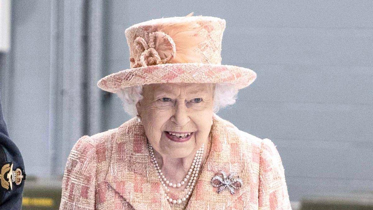 Die Queen drückt der englischen Fußballnationalmannschaft die Daumen.. © ALPR/AdMedia/ImageCollect