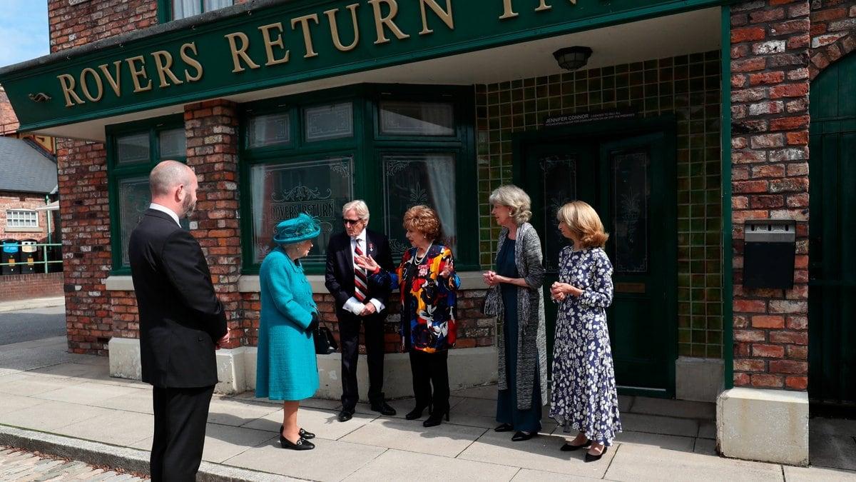 """Queen Elizabeth II. traf bei ihrem Set-Besuch auch auf Darsteller der Soap """"Coronation Street"""".. © imago images/i Images"""