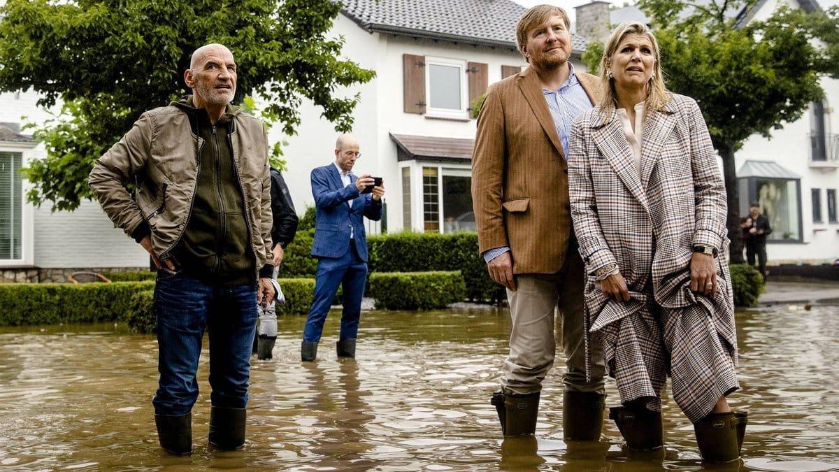 König Willem-Alexander und Königin Máxima zeigen sich bestürzt über die Lage in Valkenburg.. © imago images/ANP/Hollandse Hoogte
