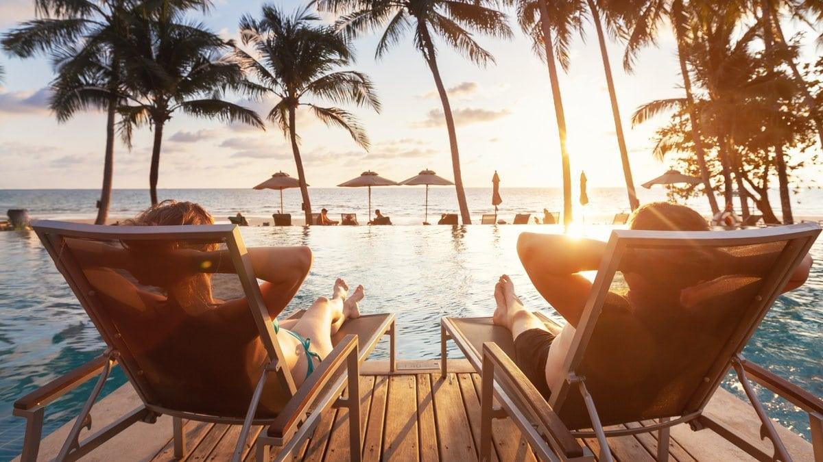 Entspannt am Pool des Hotels den Sonnenuntergang genießen: In Pauschalreisen ist das häufig inbegriffen.. © Song_about_summer / Shutterstock.com