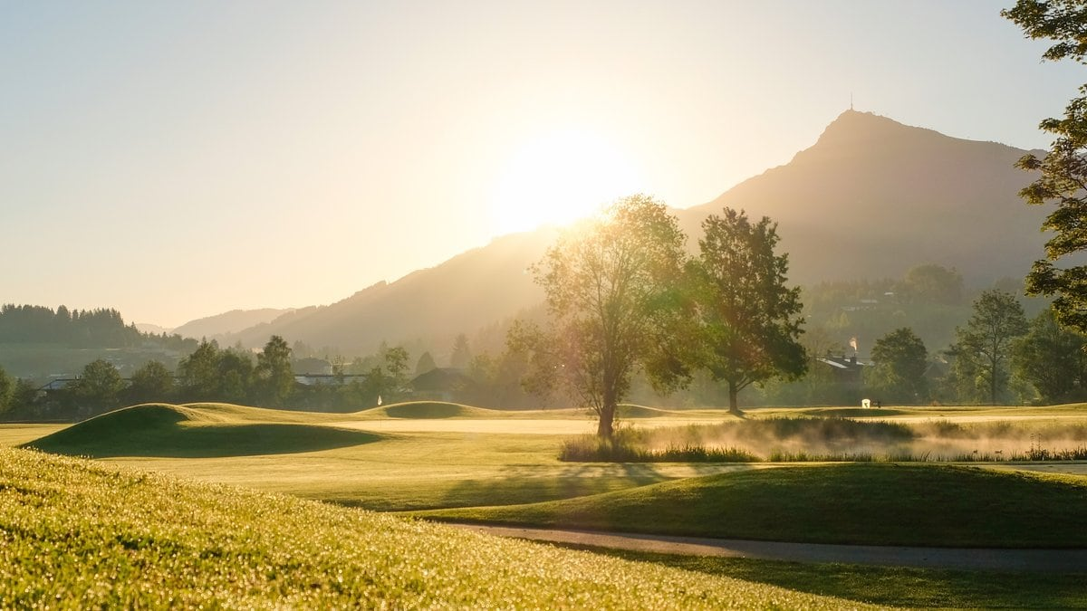 Abschlag mit Bergblick auf dem Golfplatz Kitzbühel-Schwarzsee-Reith. © Kitzbühel Tourismus