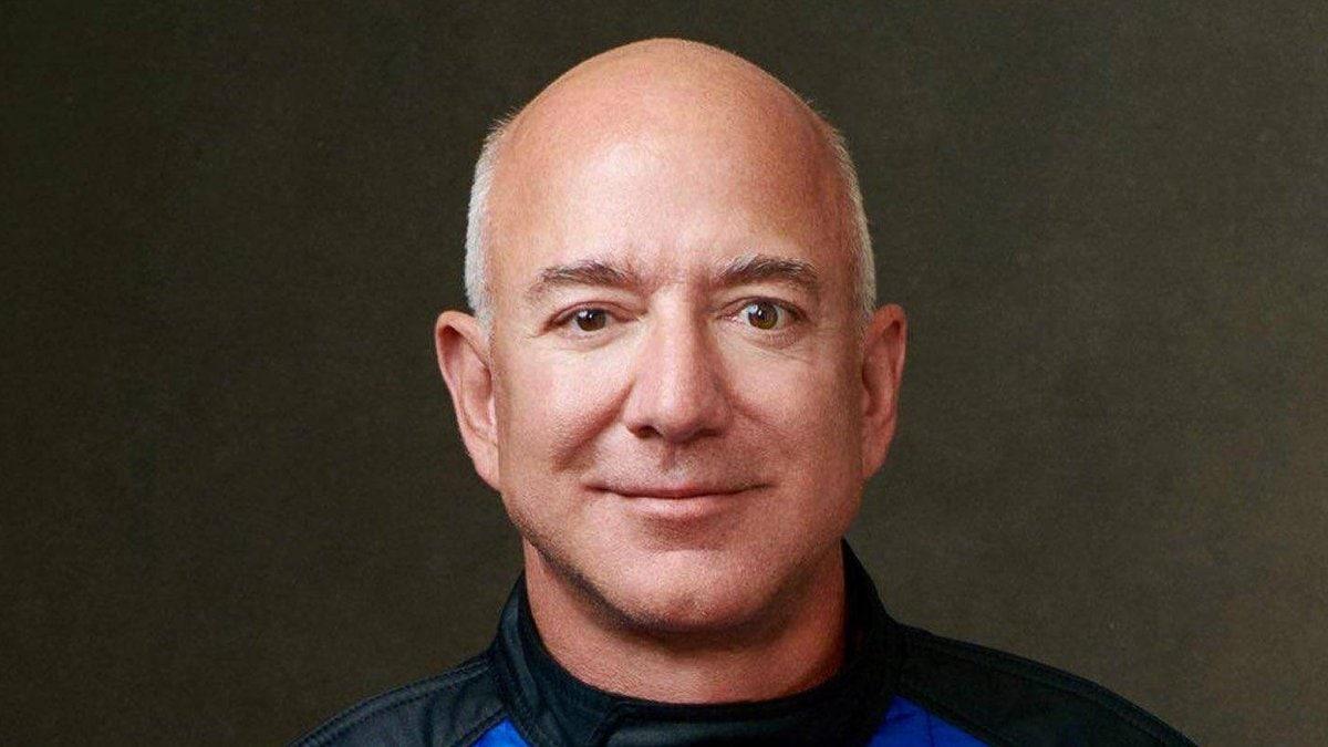 Amazon-Gründer Jeff Bezos in seiner Weltraum-Montur. © imago/Cover-Images