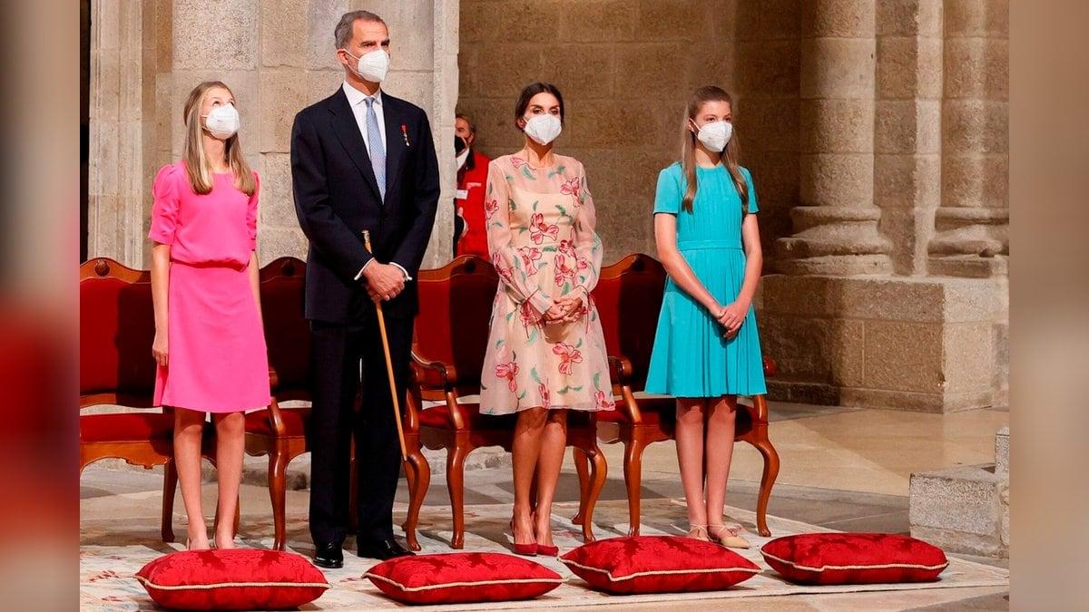 Farbenfroh und luftig: Die spanischen Royals besuchten am Sonntag Santiago de Compostela.. © imago images/Agencia EFE