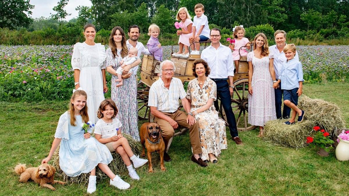 König Carl XVI. Gustaf (Mitte) freut sich über das Wiedersehen mit seiner ganzen Familie.. © Jonas Ekströmer/Kungl. Hovstaterna