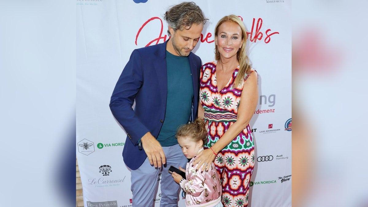 Noch sehr schüchtern zeigte sich die vierjährige Tochter von Caroline Beil und ihrem Mann Philipp-Marcus Sattler auf dem roten Teppich.. © imago images/Future Image