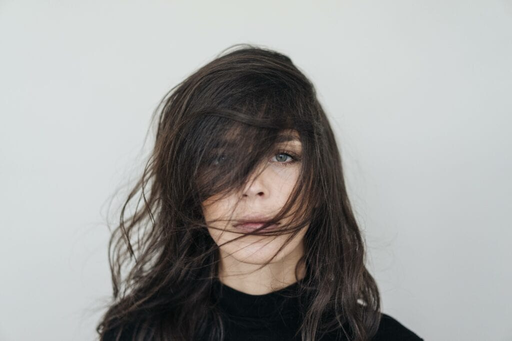 Frau mit braunen Haaren. Haarfarben Trends