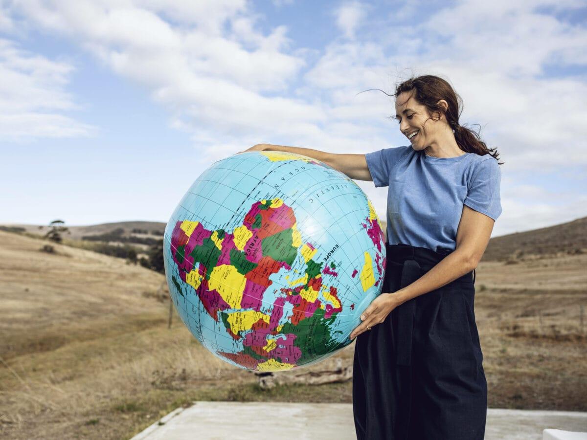 Frau mit Weltkugel. Good Country