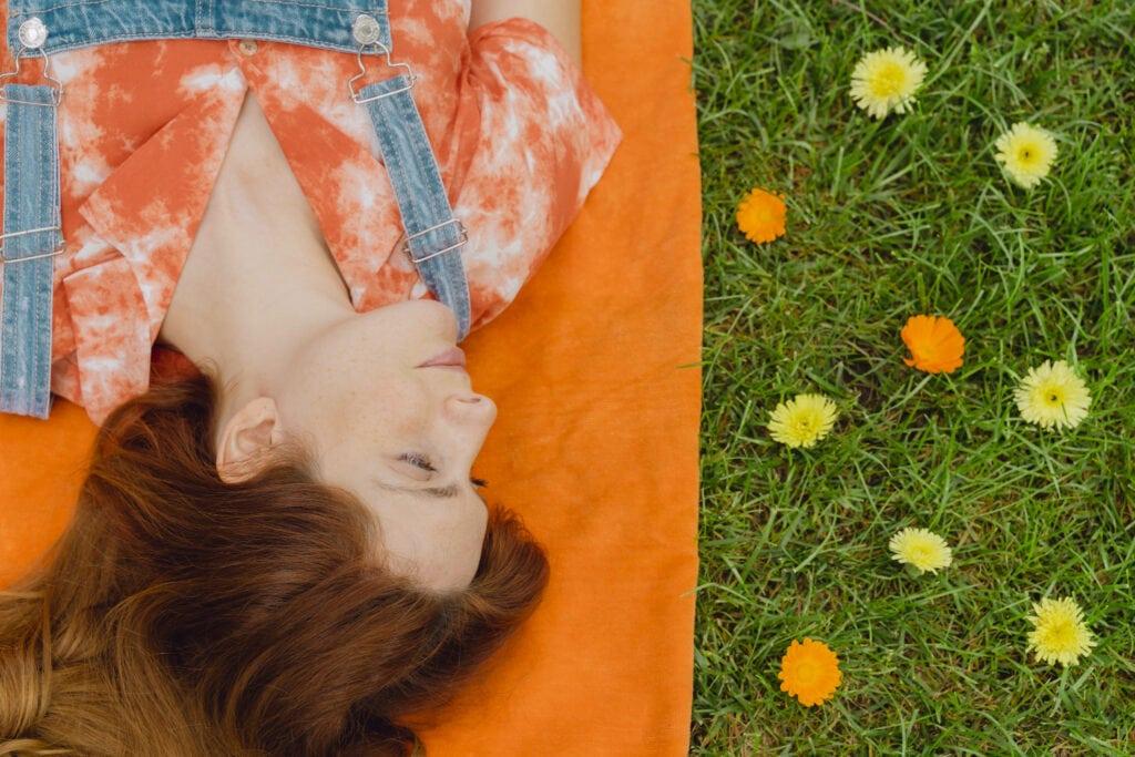 Frau auf Picknickdecke
