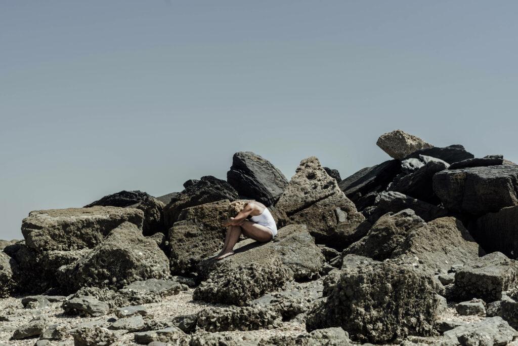 Frau traurig am Strand