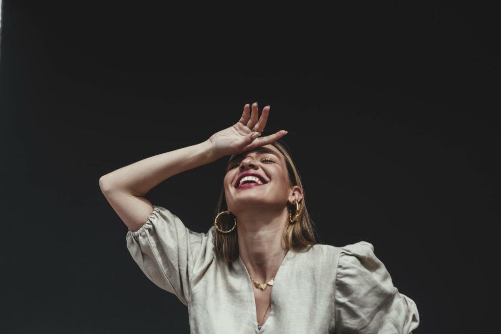 Lachende Frau geschminkt