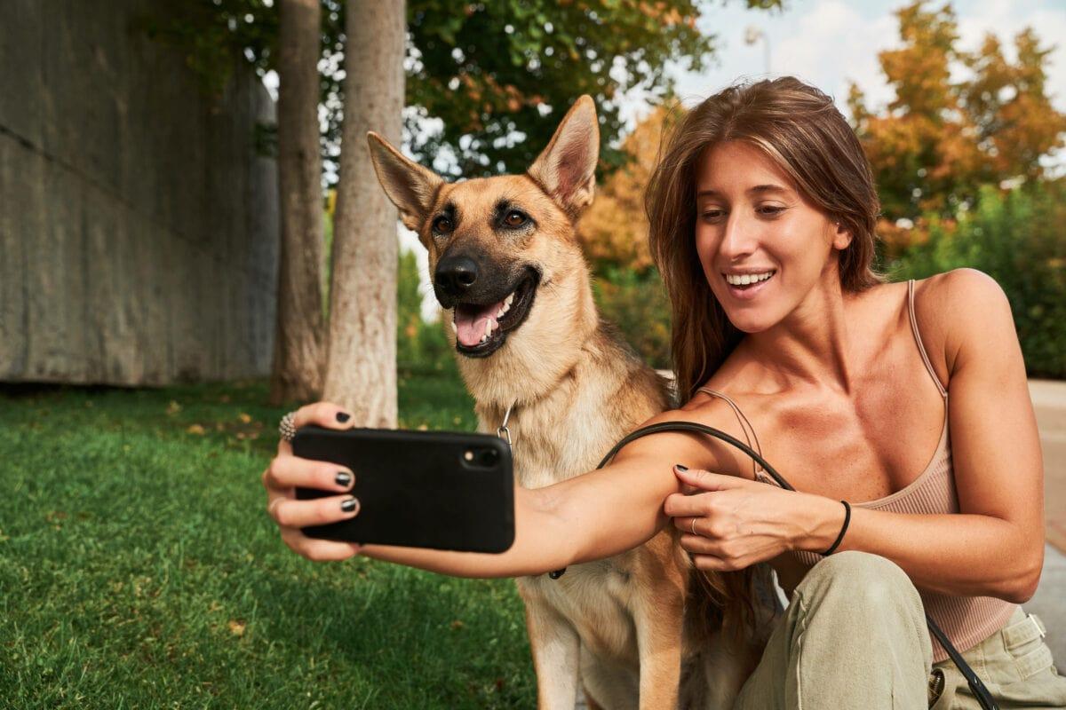 Frau macht Selfie mit Hund