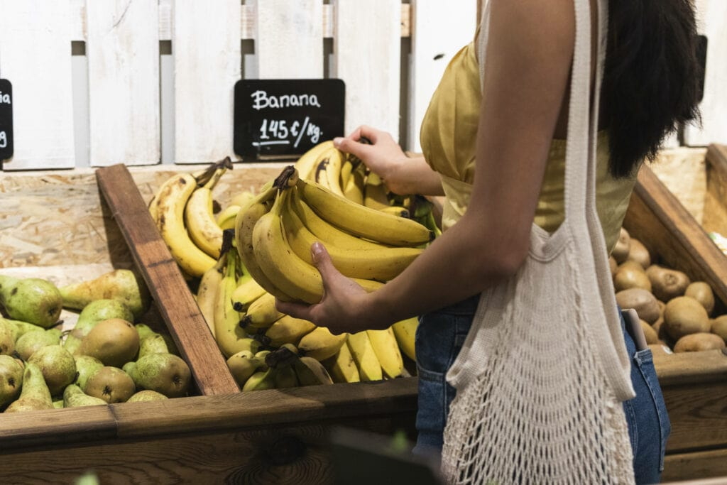 Frau kauft Lebensmittel Bananen