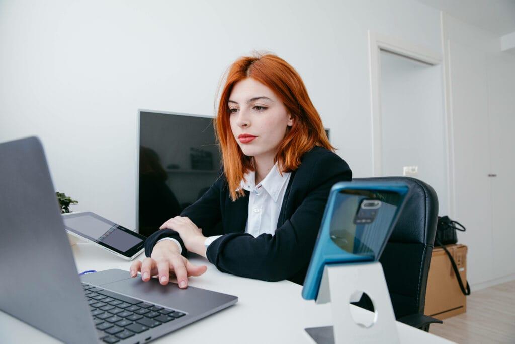 Frau Schreibtisch