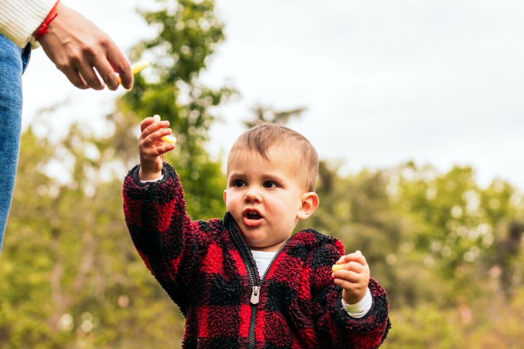 baby snack draußen kind eltern