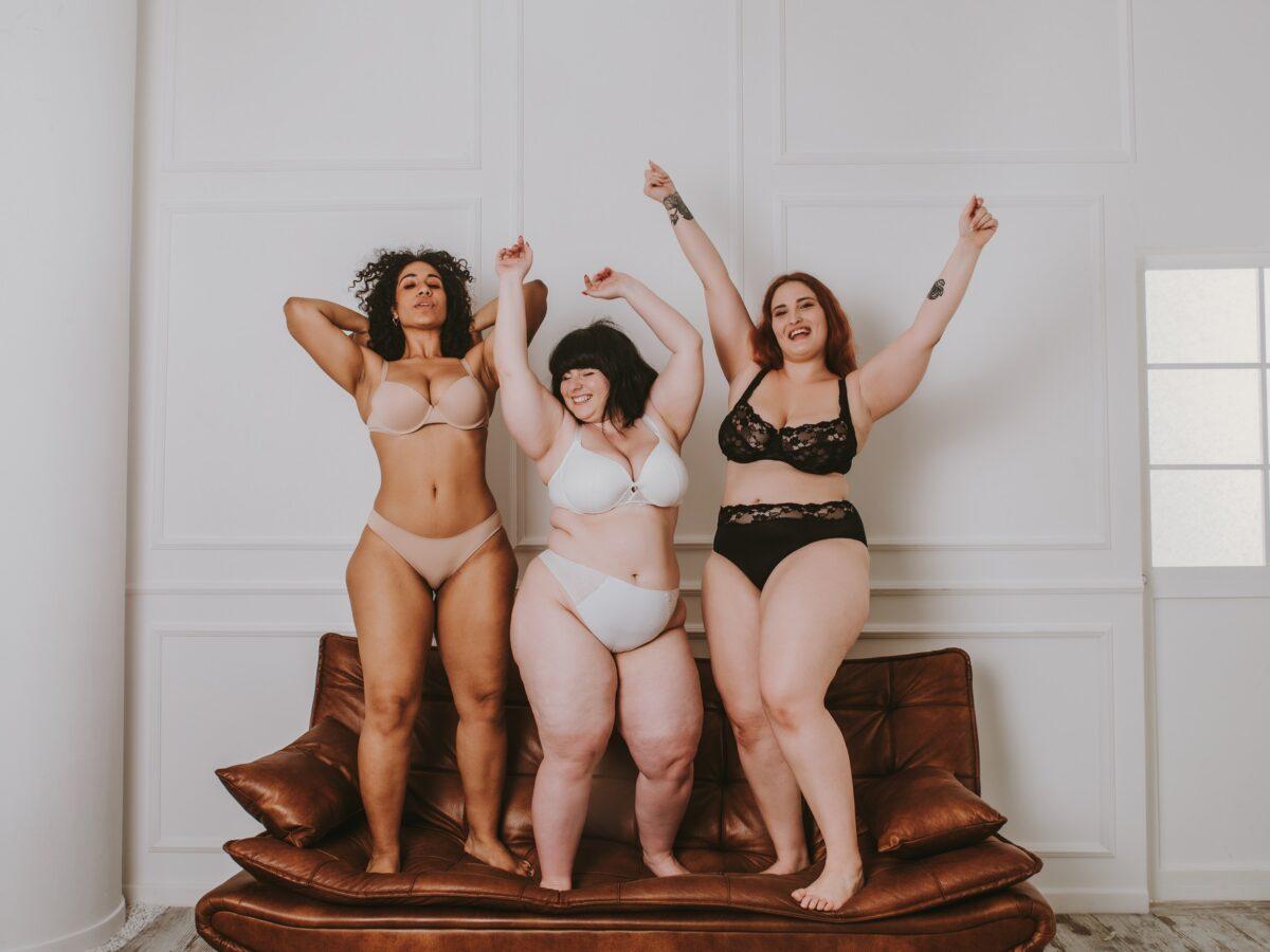 Pluz Size Models mit Hip Dips