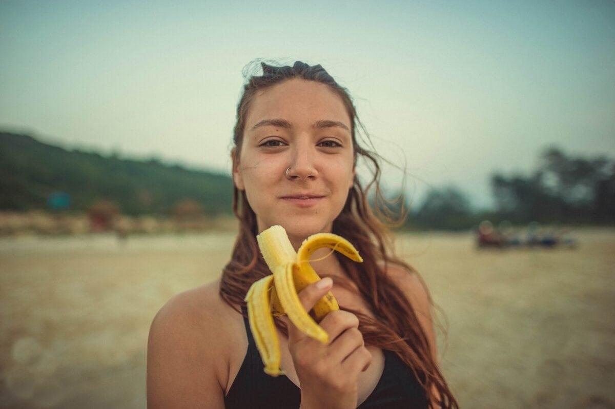 Frau mit Banane