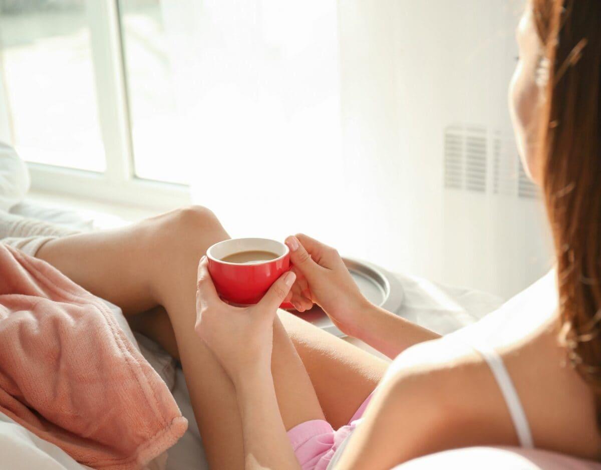 Frau Kaffee Bett