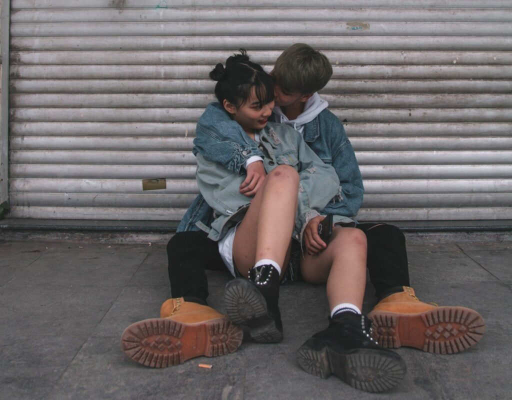 pärchen kuss auf die wange