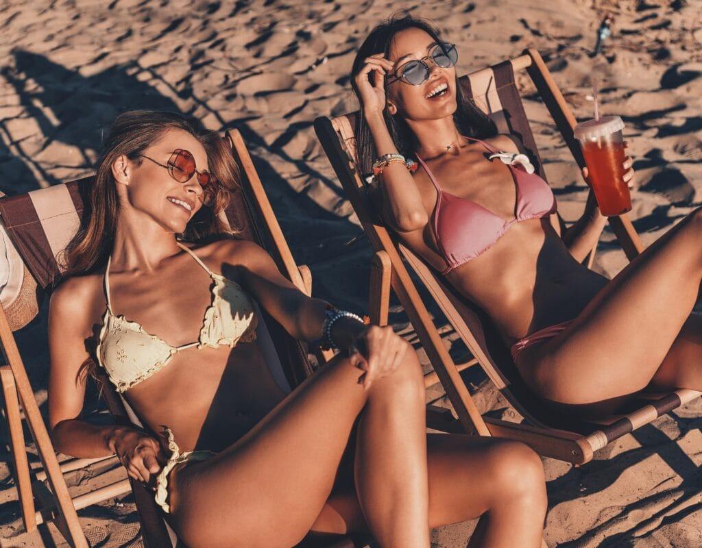 freundinnen bräunen sich am strand