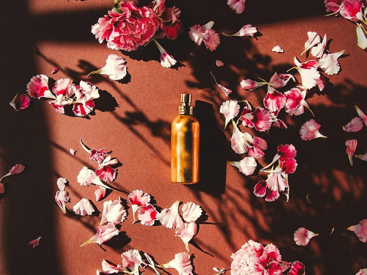 damen parfum und blumen