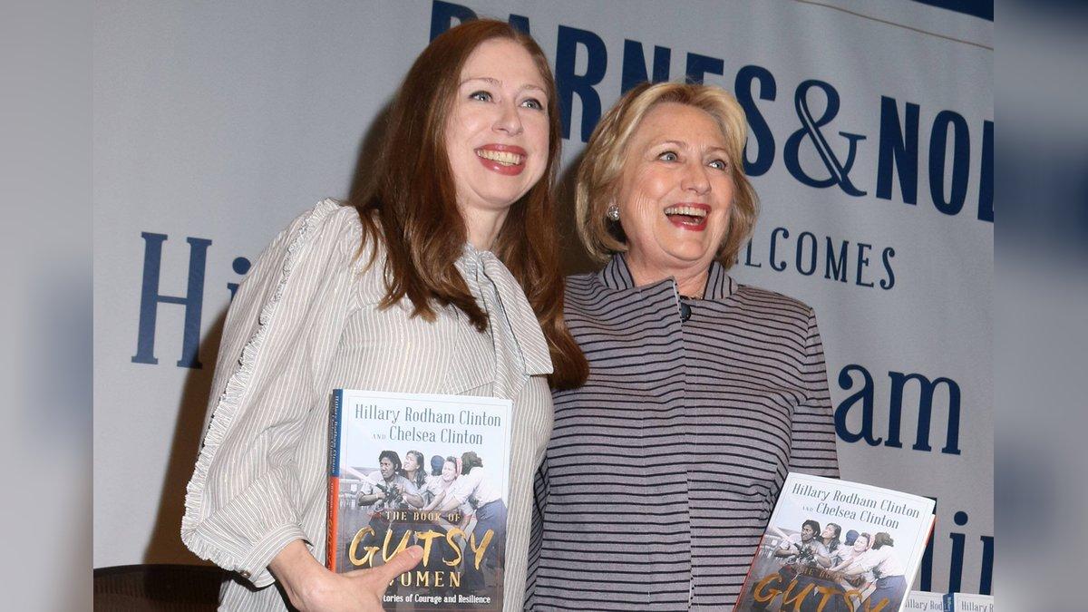 Chelsea (l.) und Hillary Clinton 2019 bei der Vorstellung ihres gemeinsamen Buches