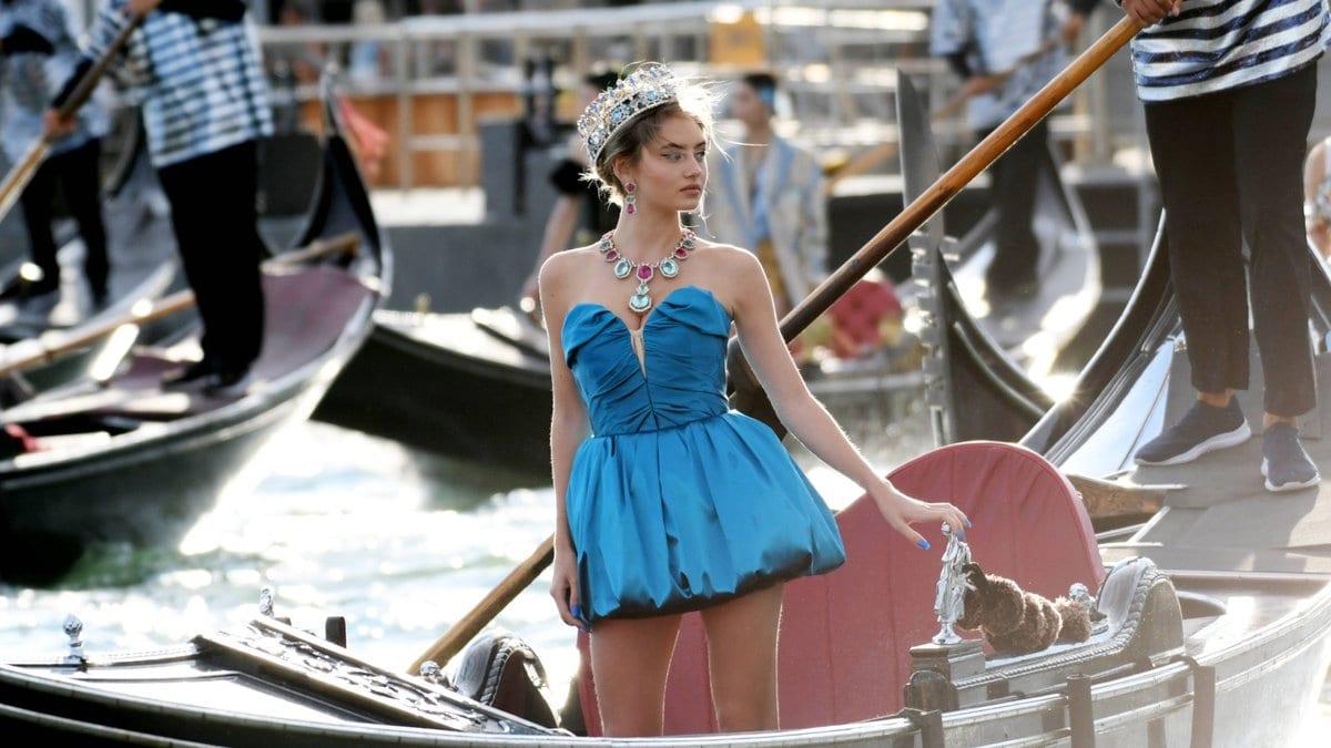 Leni Klum schippert mit einer Krone durch Venedig.. © imago/Independent Photo Agency Int.