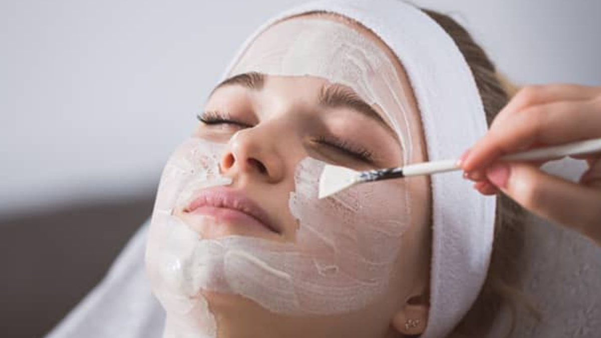 Enzympeelings lösen alte Hautschüppchen und schonen dabei die Haut.. © InnerVisionPRO/Shutterstock.com