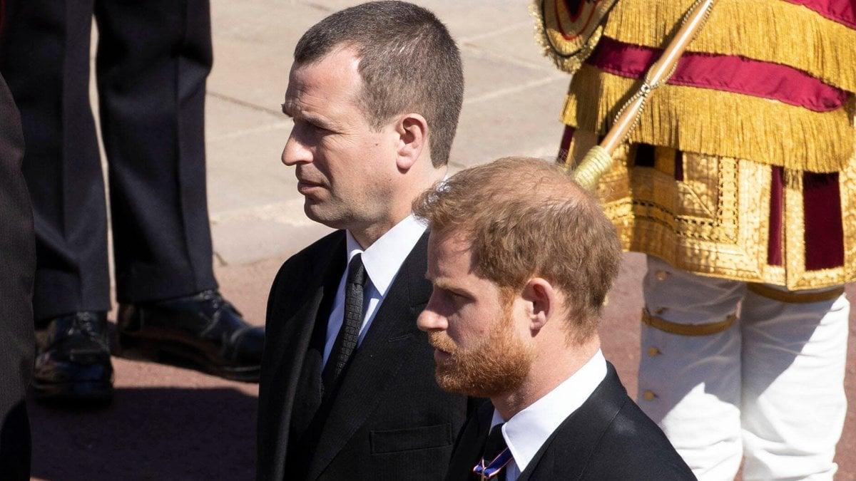 Peter Phillips (l.) neben Prinz Harry auf der Beerdigung von Prinz Philip. © imago images/i Images