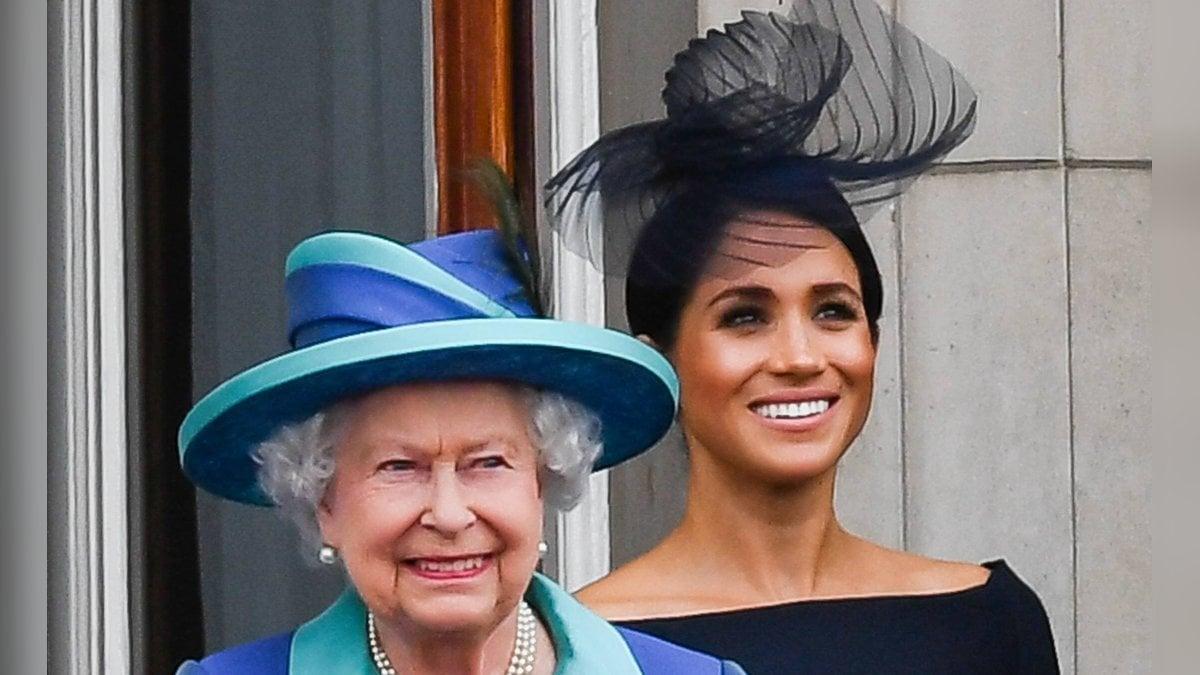 Herzogin Meghan und die Queen auf dem Balkon des Buckingham Palasts.. © imago/PA Images