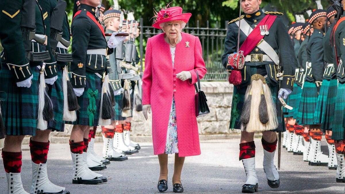 Queen Elizabeth II. bei der offiziellen Begrüßungszeremonie zum Sommerurlaub auf Schloss Balmoral.. © Jane Barlow - WPA Pool/Getty Images
