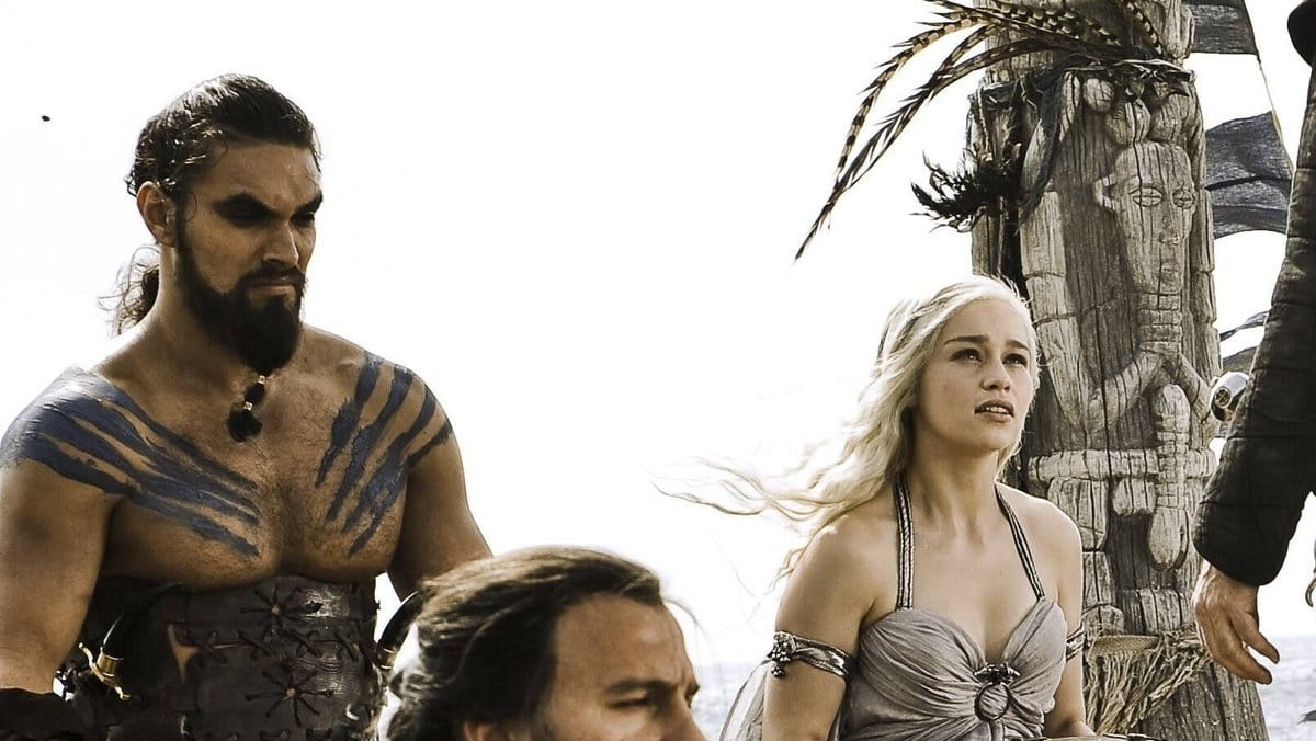 Jason Momoa (l.) und Emilia Clarke in