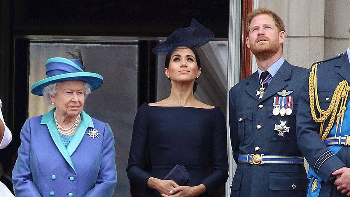 Die Queen mit Herzogin Meghan und Prinz Harry auf dem Balkon des Buckingham Palasts.. © imago/APress