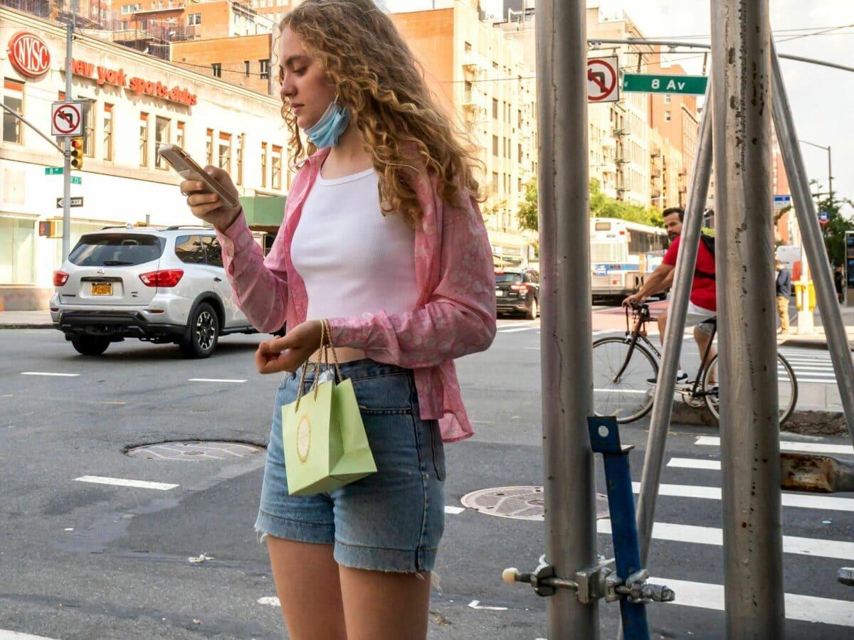 smartphone frau whatsapp handy sraße