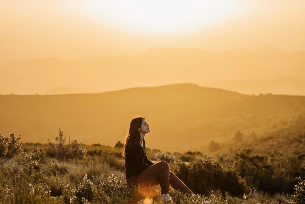 Frau entspannt im Feld