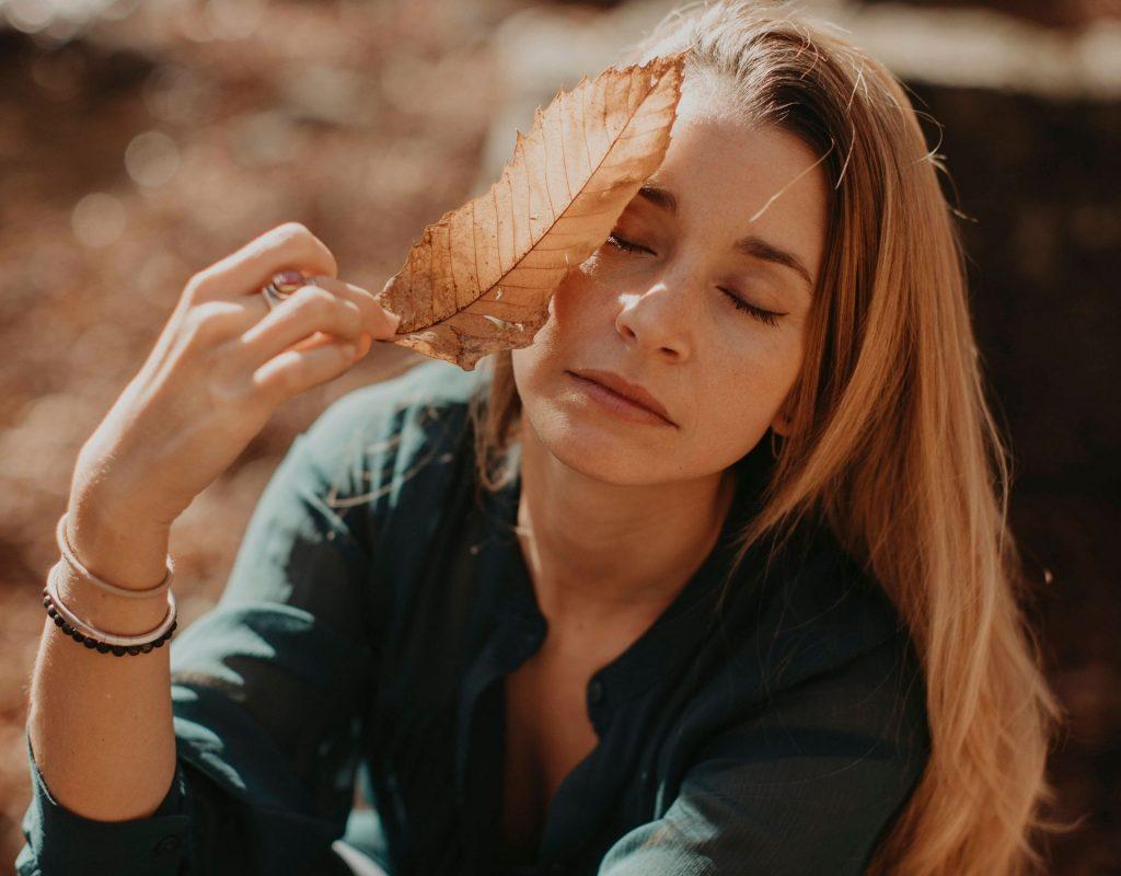 Frau mit Herbstblatt
