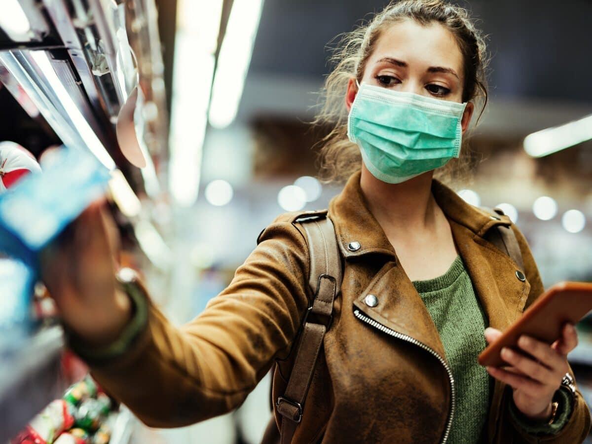 Frau mit Maske beim Einkaufen